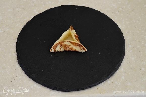 Сразу же скрепите края блинчика так, чтобы получился треугольник.