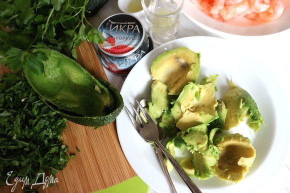 Вынуть ложкой мякоть авокадо.