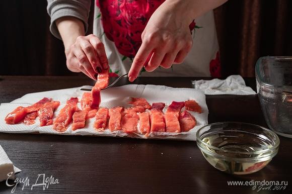 Выложите рыбу на бумажные салфетки, промокните насухо.