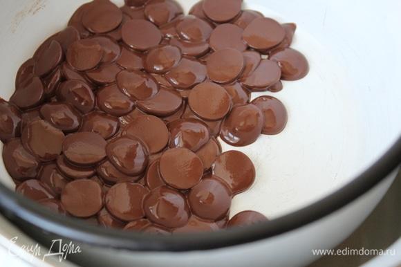 Растопить шоколад. Я растапливаю на водяной бане. Ни разу не использовала для этих целей микроволновку. Теоретически лишь отмечу, что предпочтительнее начать растапливать с интервалом 30 секунд. Затем сократить до 15 секунд, пока шоколад полностью не растает.