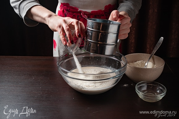 Просейте в опару оставшуюся муку и соду. Добавьте соль.