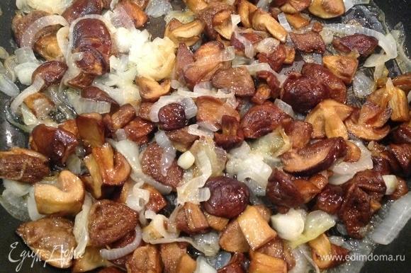 Разогреваю сковородку, наливаю масло, добавляю грибы. Нарезаю лук, кладу к грибам. Добавляю соль, перец, чеснок. Жарю до готовности.
