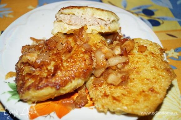 При подаче посыпьте жареной грудинкой с луком, полейте образовавшимся жирком. Если любите, можно подать сметану. Это самостоятельное блюдо удовлетворит любые гастрономические вкусы тех, кто любит мясо хрюшки и картошку.