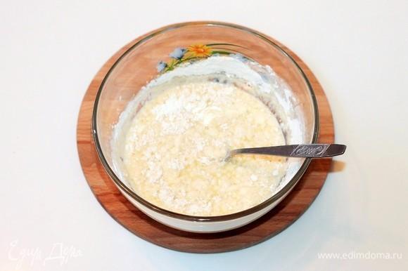 В молочно-яичную массу добавить мучную смесь, вымешать однородное тесто.