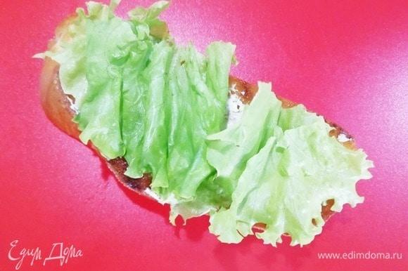 Ломтик хлеба смазываем майонезом, кладем листья салата.