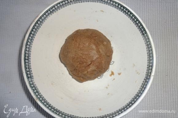 Замесить тесто, собрать в шар, накрыть чашку пленкой и дать постоять 20–30 минут.