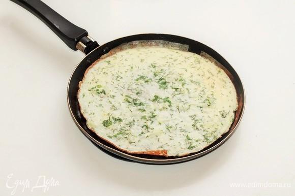 Разогреть в сковороде 1 ч. л. сливочного и 1 ч. л. оливкового масла. Вылить половину яичной массы на сковороду и равномерно распределить. Как только края схватятся, накрыть крышкой и убавить огонь. В другой сковороде разогреть оставшиеся сливочное и оливковое масла, вылить вторую половину яичной массы и готовить так же, как и первый омлет.