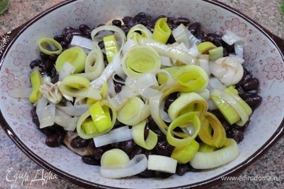 На котлеты выложить фасоль, посолить и поперчить (по 0,5 ч. л.), сверху выложить лук и вылить соус.