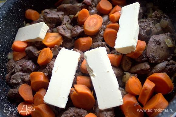 Перенести морковь кружочками и остальное мягкое масло.
