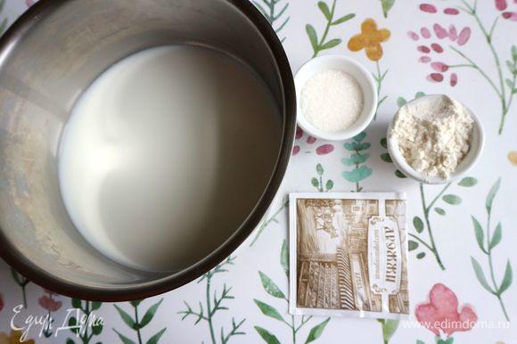 Тесто. Подогреть молоко до чуть теплого состояния (37–40°C), развести им сухие быстродействующие дрожжи, добавить сахарный песок, 1 ст. л. муки, перемешать. Оставить при комнатной температуре на 25–30 минут.