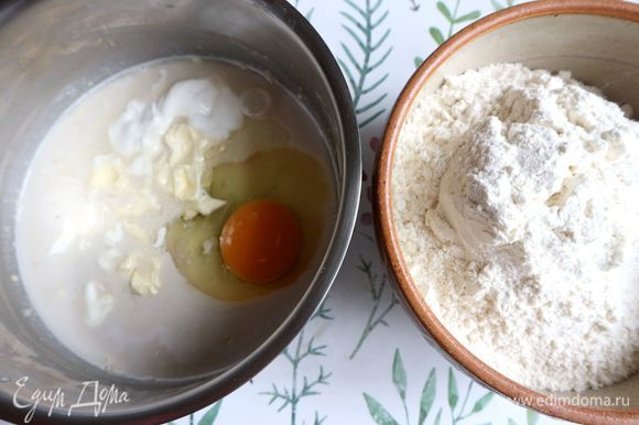 Добавить в опару яйцо, сливочное масло (мягкое), сметану, соль и, постепенно перемешивая, муку (2 стакана).