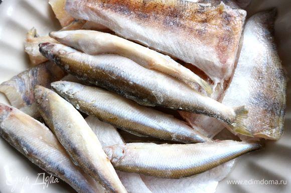 Сварить рыбный бульон из мелкой рыбы, из голов и плавников, хвоста судака или семги. У меня здесь к корюшке добавлен судак. Перед варкой в воду опустить очищенный репчатый лук, морковку, нарезанную на несколько частей, перец горошком, лавровый лист, соль. Процедить через мелкое сито.