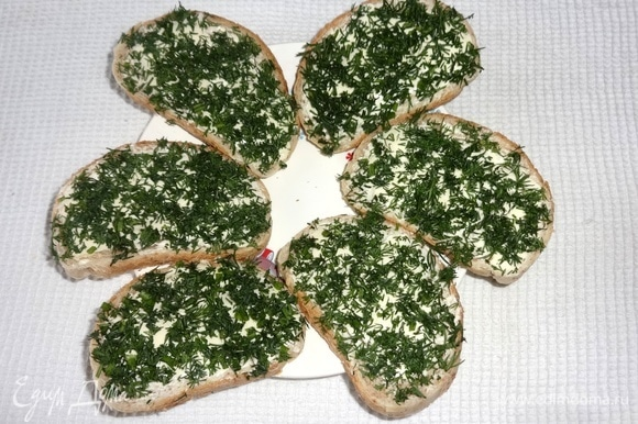 Посыпать бутерброды нарезанным укропом.