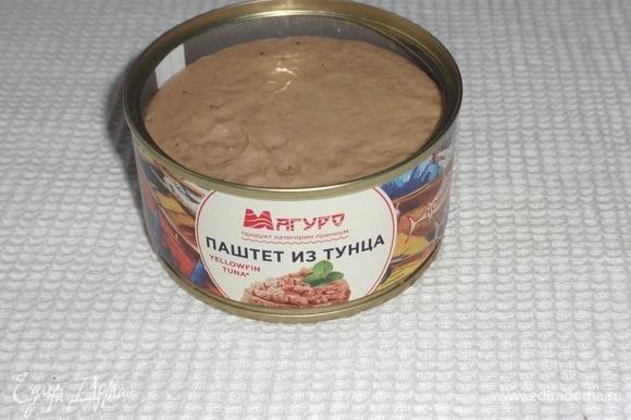 Открыть банку с паштетом из тунца ТМ «Магуро». Выложить паштет в кондитерский мешок.