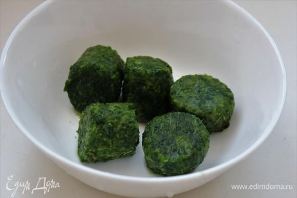 Шпинат взяла измельченный замороженный. Положить на сковородку вместе с кабачком. Если готовите из свежего шпината, то сначала его перебрать. Удалить поврежденные листья, обрезать грубые черешки. Тщательно промыть в нескольких водах, после ополоснуть под проточной. Мелко нарезать листья. Отправить на сковороду.