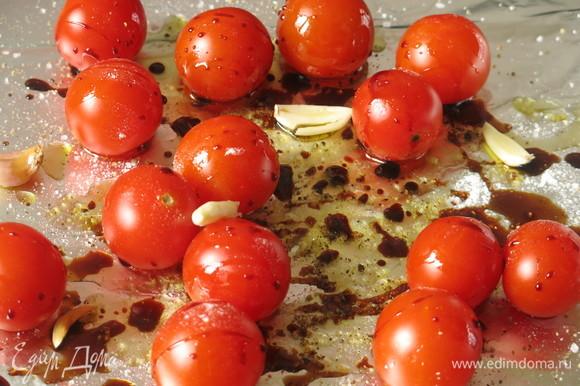 Добавляем чеснок к томатам.