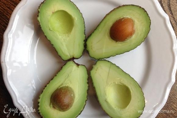 Вынуть косточки из авокадо.