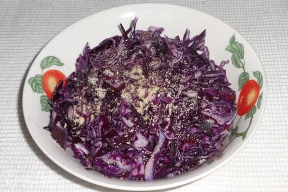 Положить капусту в миску, добавить сахар, соль, мускатный орех, перемешать. Помять капусту руками до появления сока.