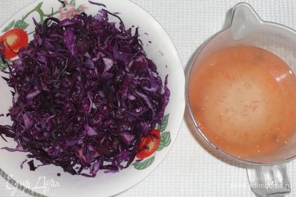 Сок вылить в капусту со специями, перемешать и дать постоять примерно 1 час. Периодически перемешивать.