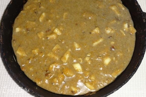 Добавить орехи в тесто, перемешать. Сковороду смазать растительным маслом, выложить тесто. Поставить в духовку, разогретую до 200°C, на 35–40 минут. Готовность проверить деревянной палочкой.