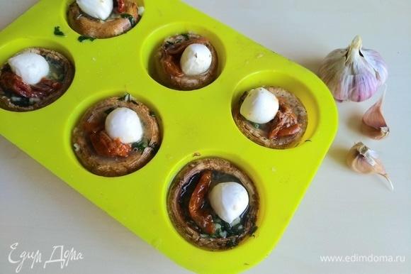 Кладем в каждый моцареллу и вяленые помидоры. Отправляем в духовку до расплавления сыра (примерно 5 минут).