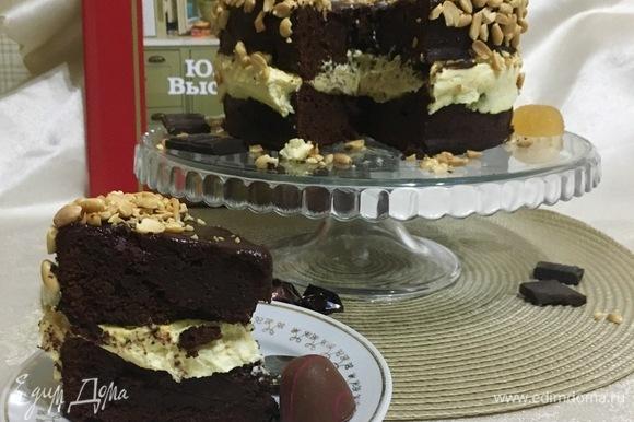 Отрезаем кусочек шоколадного тортика и наслаждаемся вкусом.