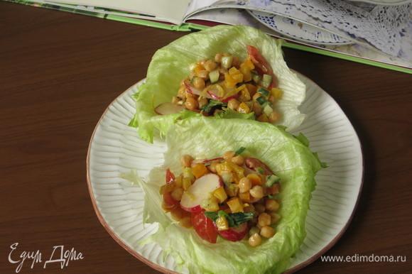 Выкладываем салат в лодочки, посыпаем сумахом.