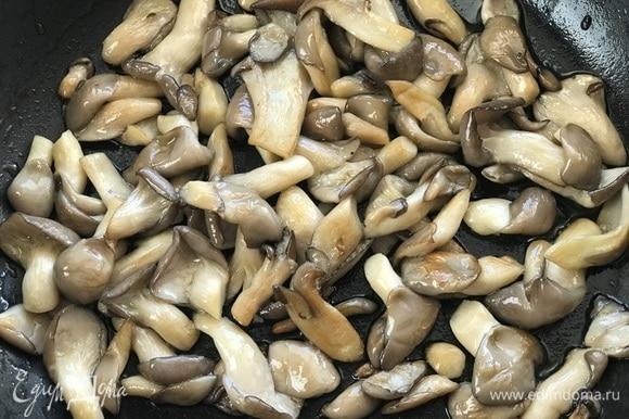 Сковороду разогреть, налить оливковое масло и обжарить грибы до золотистого цвета. Выложить на тарелку.