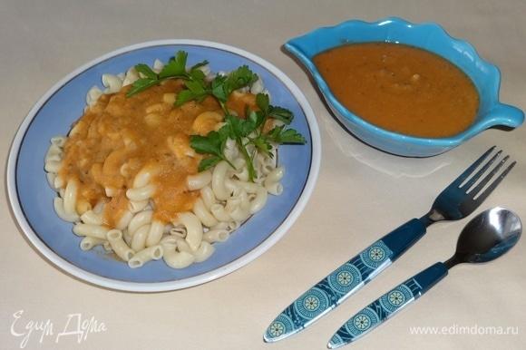 Разложить макароны по тарелкам, полить чечевичным соусом, украсить зеленью. Подать к столу. Угощайтесь! Приятного аппетита!