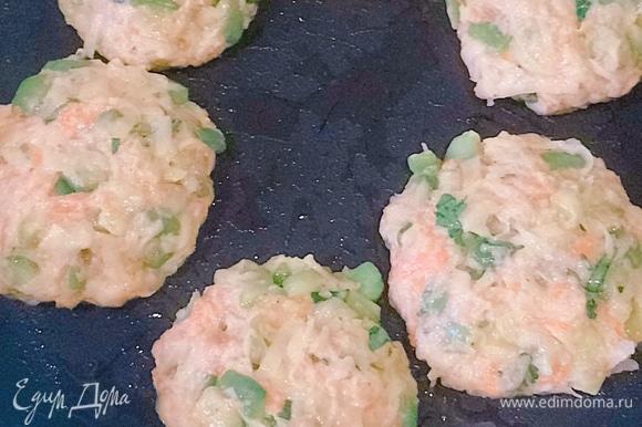 На раскаленную сковородку наливаем немного масла. Лепим котлетки и выкладываем их.
