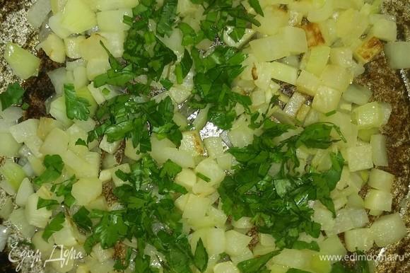 Когда овощи пожарятся, добавляем к ним петрушку и оставляем под закрытой крышкой еще на 3 минуты. Все, гарнир готов. Приятного аппетита!