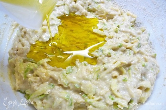 В тесто вливаем 50 мл оливкового масла и еще раз перемешиваем.