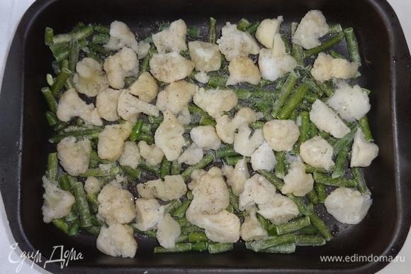 В форму для запекания выложить фасоль и капусту, немного посолить, поперчить, сбрызнуть 1 ст. л. масла.