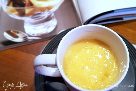 Затем включить миксер на среднюю скорость и с помощью насадки «лопатка» или «весло» начать перемешивать тесто, постепенно вводить яйца.