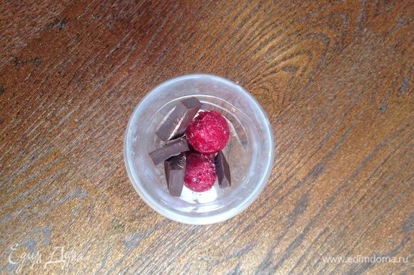 В бокал кладу вишню, шоколад, затем — крем и так чередую.