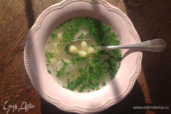В тарелку кладу зелень петрушки. Приятного аппетита!