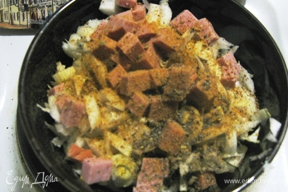 Лично мне очень нравится, когда в салате много специй, но это дело вкуса каждого. Соединяем все ингредиенты и заправляем маслом и соусом, даем постоять минут 5 (лучше в холодильнике).