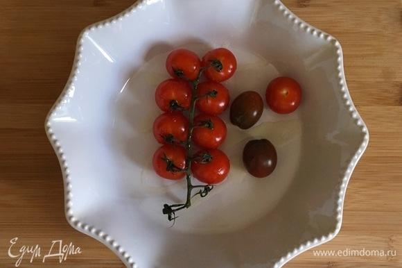 Духовку предварительно разогреть до 190°C. Ветку с помидорами выложить в глубокий противень, посолить, поперчить, сбрызнуть 1 ст. л. оливкового масла и отправить в разогретую духовку на 15–20 минут.