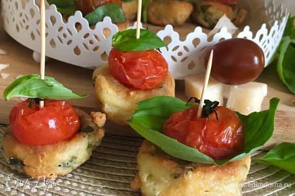 Подавать с запеченными помидорами и базиликом.