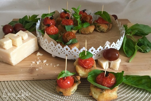 Мягкие сырные бомбочки с хрустящей корочкой, запеченные помидорки черри и ароматные листики базилика.