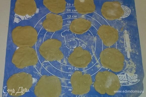 После этого каждый шарик раскатываем скалкой в круг диаметром 5–7 сантиметров.