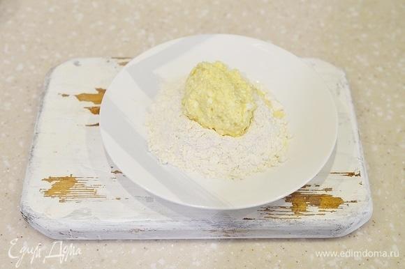 Ложкой выкладывайте творожное тесто и формируйте сырники.