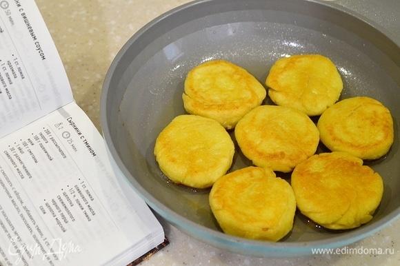 В сковороде разогрейте оливковое масло и обжарьте сырники до золотистого цвета с двух сторон.