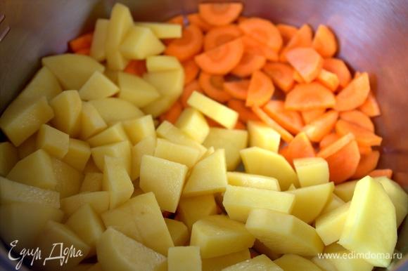 Картофель тоже, высыпать в кастрюлю.