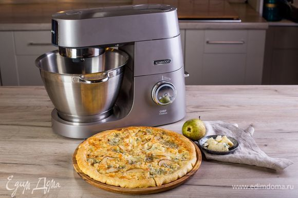 Выпекайте в духовке в течение 10–12 минут. Подавайте пиццу еще горячей, нарезанной на кусочки. Приятного аппетита!
