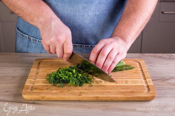 Измельчите зеленый лук и укроп.