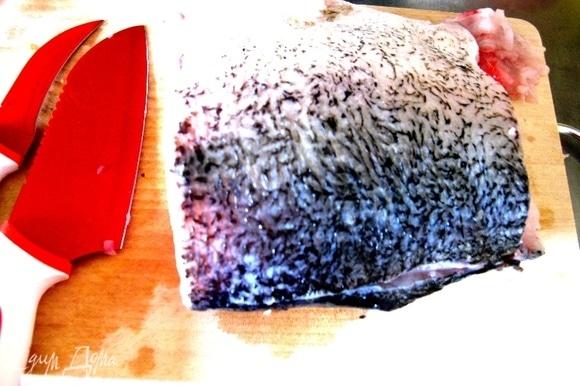 Тушку карпа предварительно помыть, почистить от костей и нарезать тонко пластинками.