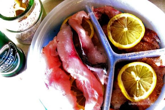 Заливаем рыбу соевым соусом (я еще немного посолила смесью обычной и индийской серной соли). Укладываем сверху лимоны и заливаем лимонным соком, ставим в холодильник. Если вы рыбу нарезали тонко, она будет готова через двое суток, если крупно, то лучше подождать около 4 суток.