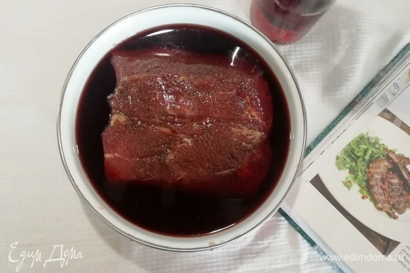Перекладываем мясо в эмалированную емкость, заливаем вином, накрываем крышкой и оставляем мариноваться на 1 час.