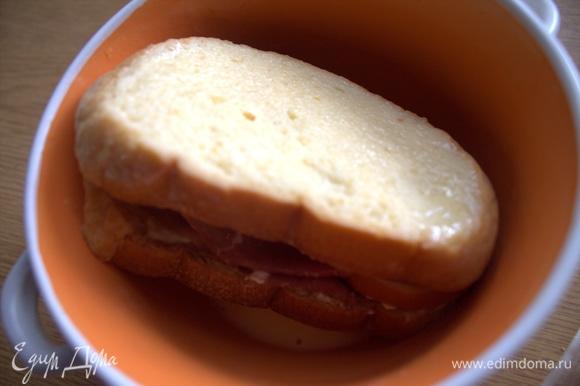 Окунуть со всех сторон бутерброд в яйце.